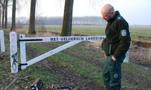 Zonder pistool durft de boswachter het bos niet in – NRC
