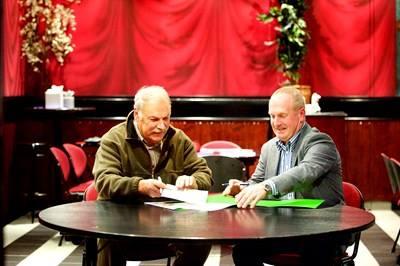 LLTB-bestuurslid Pieter van Melick (rechts) en Wim Grave, voorzitter van de provincie Limburg van de Koninklijke Nederlandse Jagersvereniging, hebben een convenant getekend om de samenwerking tussen de twee partijen kracht bij te zetten.