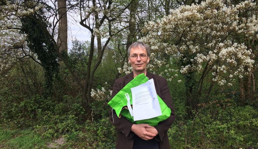 Wim Knol neemt het biotoopmengsel Jagersvereniging in ontvangst