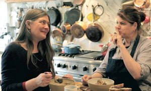 Ellen Mookhoek test kookgereedschap, in De Jager #3