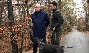Minister Grapperhaus bekijkt afvaldumpingen met boswachter: 'Dit is een schokkende situatie' – Omroep Brabant